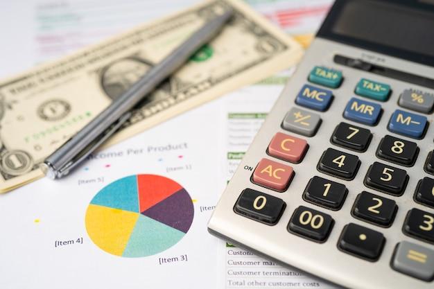 Calculatrice, billets en dollars américains et stylo sur papier graphique.
