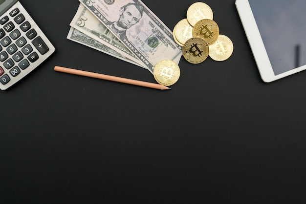 Calculatrice de bitcoin argent numérique et argent monnaie sur fond noir
