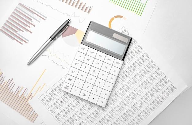 Calculatrice blanche et documentation financière sur blanc