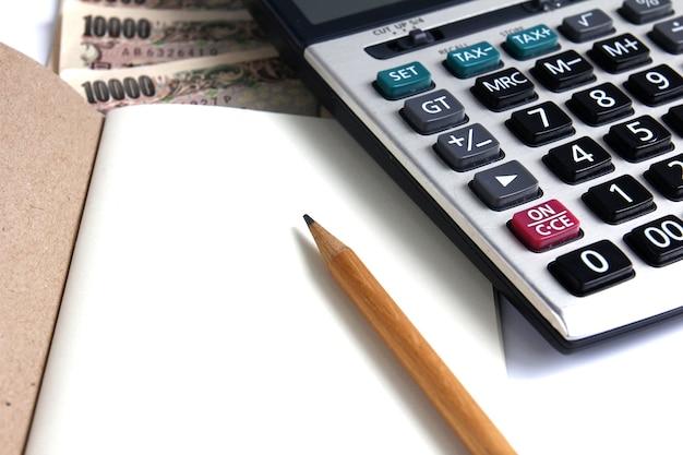 Calculatrice, cahier et crayon pour calculer