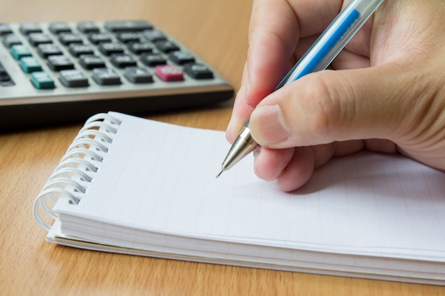 Calculatrice, cahier et stylo pour calculer