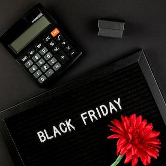 Calculatrice à côté d'un tapis de vendredi noir