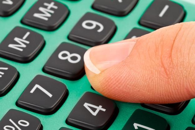 Calculatrice et doigt