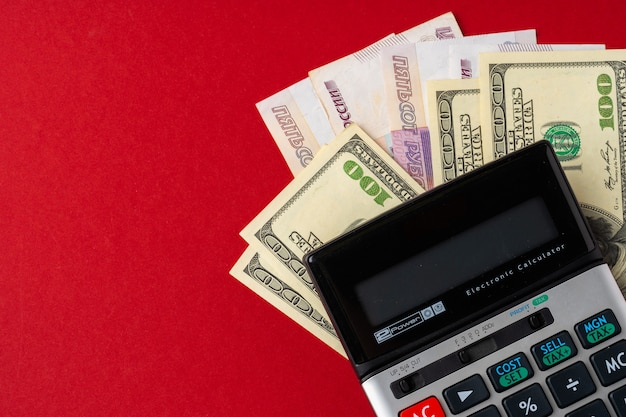 Calculatrice avec des dollars américains et de l'argent en roubles russes