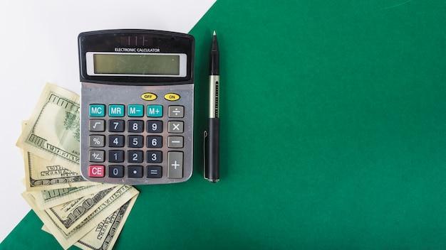 Calculatrice avec du papier-monnaie sur la table