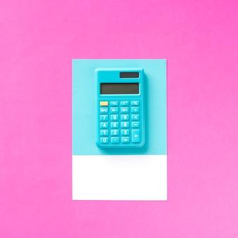 Une calculatrice électronique de comptabilité bleue