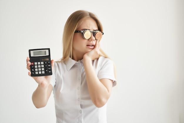 Calculatrice de femme d'affaires à la main et fond isolé bitcoin