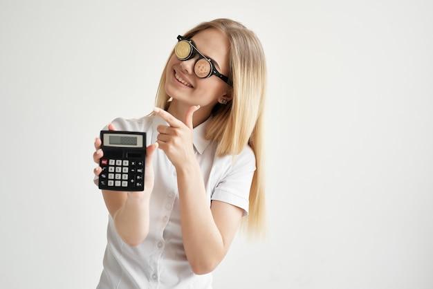 Calculatrice de femme joyeuse en main et technologies d'extraction de bitcoins