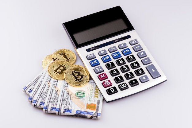 Calculatrice financière sur fond de banque bitcoin et us dollar.