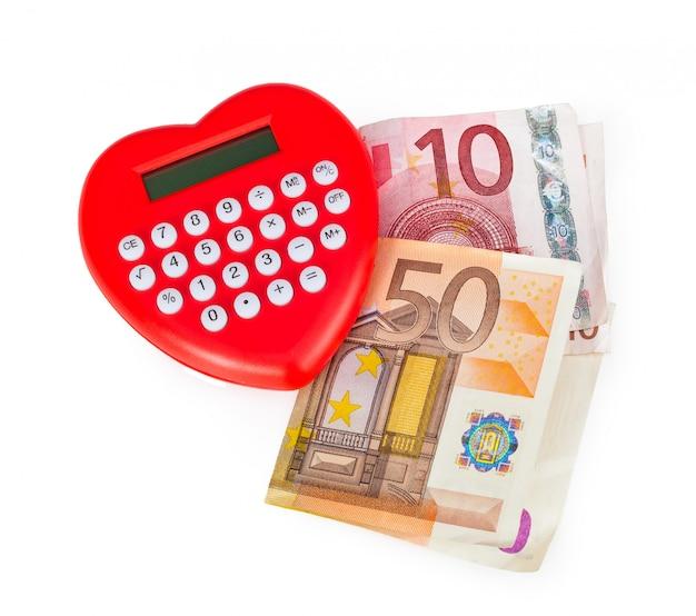 Calculatrice en forme de coeur rouge avec des billets en euros.