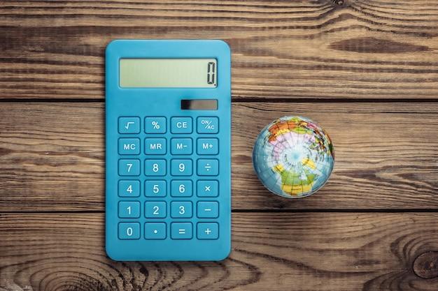 Calculatrice avec globe sur un bois