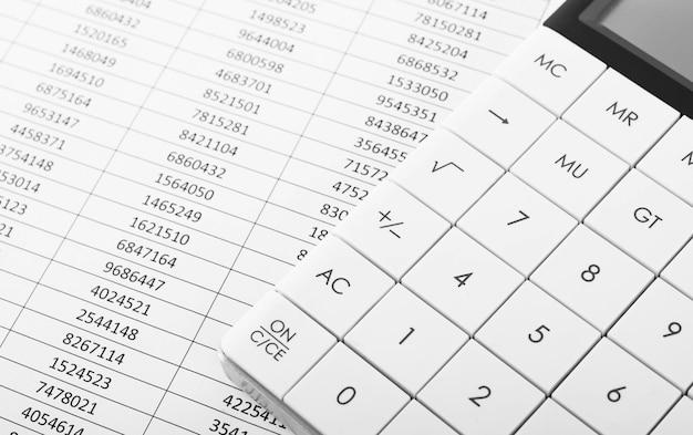 Calculatrice avec graphiques de comptabilité financière concept d'entreprise et de comptabilité financière