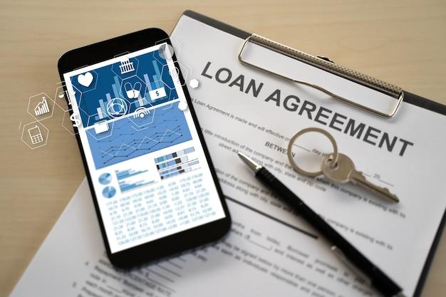 Calculatrice d'homme de paie de prêt dépensant des documents mensuels de prêt immobilier