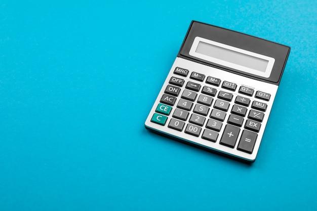 Calculatrice et loupe sur.