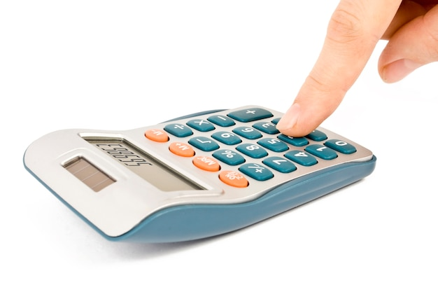 Calculatrice avec main isolé sur blanc