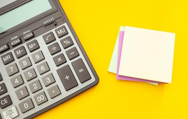 Calculatrice moderne sur jaune