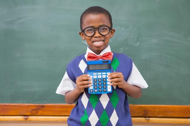 Calculatrice montrant heureux élève