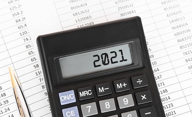 Calculatrice avec le mot 2021 sur l'écran, concept