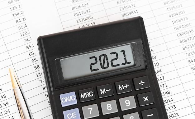 Calculatrice avec le mot 2021 à l'écran.