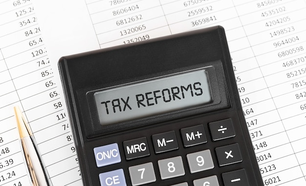 Calculatrice avec le mot réformes fiscales à l'écran.