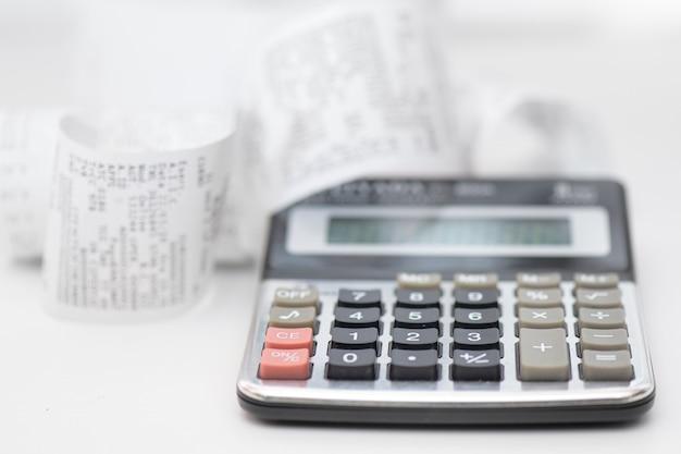 Calculatrice avec de nombreux reçus pour le calcul des budgets familiaux