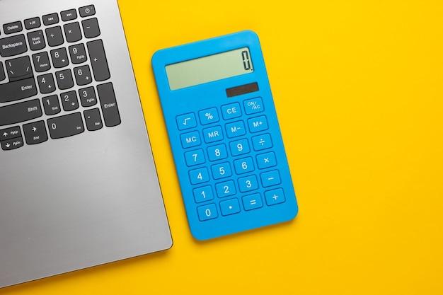 Calculatrice et ordinateur portable sur un jaune