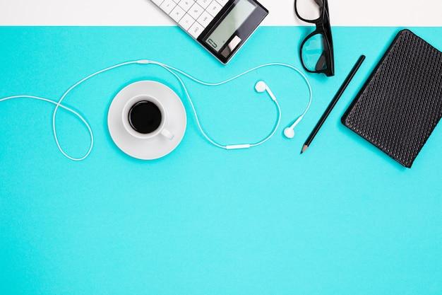 Calculatrice de papeterie avec mise en page se trouvent sur la table. vue de dessus du lieu de travail de bureau