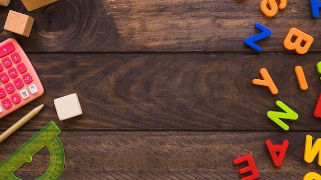 Calculatrice et papeterie se trouvant près des lettres