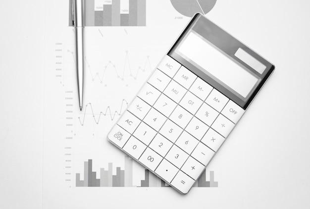 Calculatrice sur papier millimétré. développement financier, compte bancaire, statistiques, économie de données de recherche analytique d'investissement, négociation en bourse, concept d'entreprise commerciale.