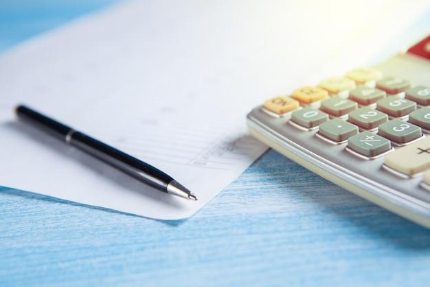 Calculatrice, papier et stylo sur la table