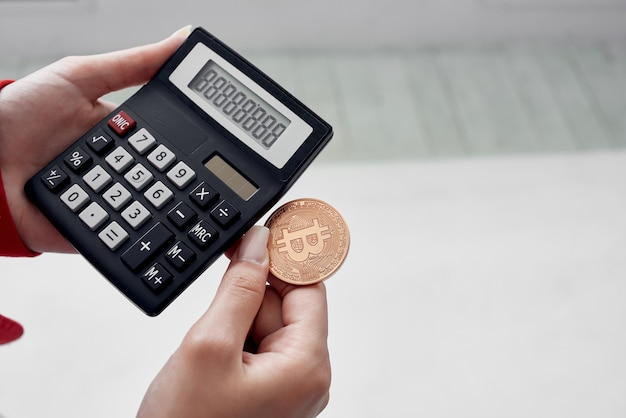 Calculatrice pièce crypto-monnaie close up finance