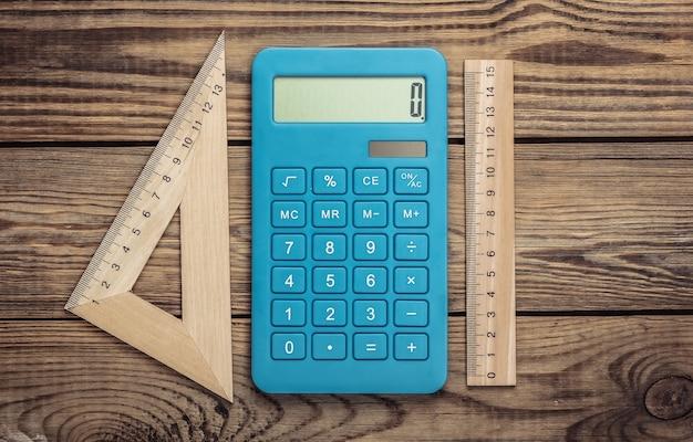 Calculatrice avec une règle sur un bois