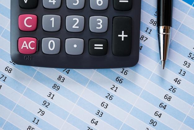 Calculatrice et stylo sur les documents commerciaux, concept de comptabilité et de finances