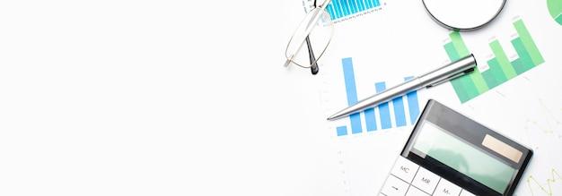 Calculatrice avec stylo sur les données financières. concept de recherche commerciale et financière.
