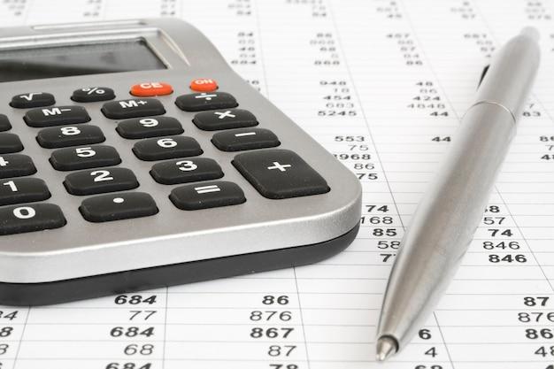 Calculatrice et stylo sur une expérience en affaires