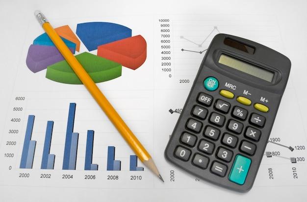 Calculatrice et stylo sur un fond d'affaires