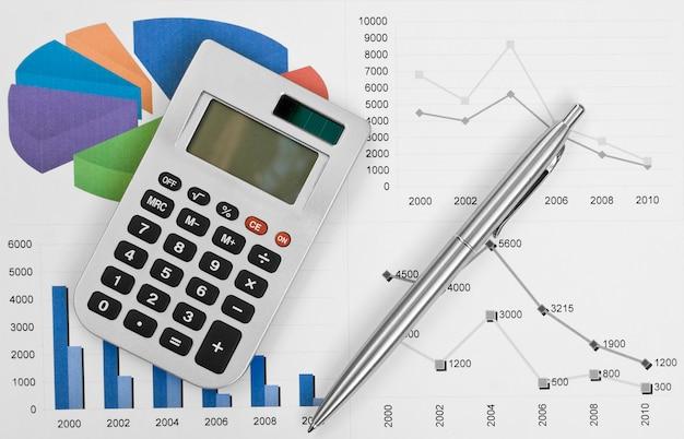 Calculatrice et stylo sur un mur d'entreprise