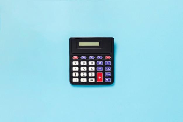 Calculatrice sur une surface bleue. mise à plat, vue de dessus.
