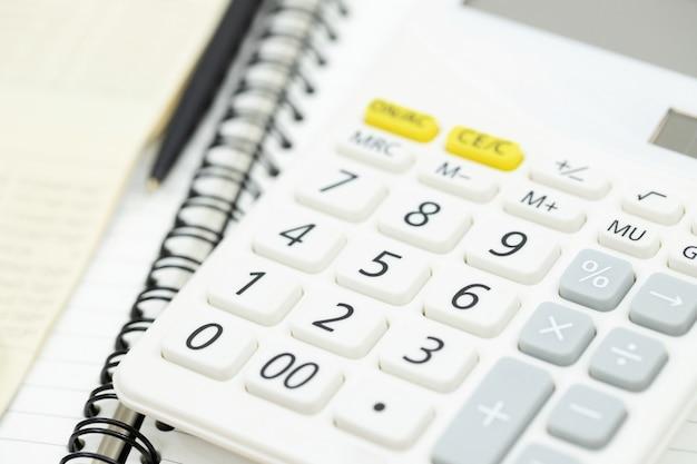 Calculatrice de table de bureau avec carnet de notes, compte bancaire et stylo noir. vue de dessus avec espace de copie. calcul des investissements comptabilité, concept financier