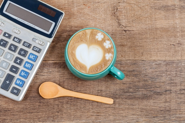 Calculatrice et tasse de café sur bois