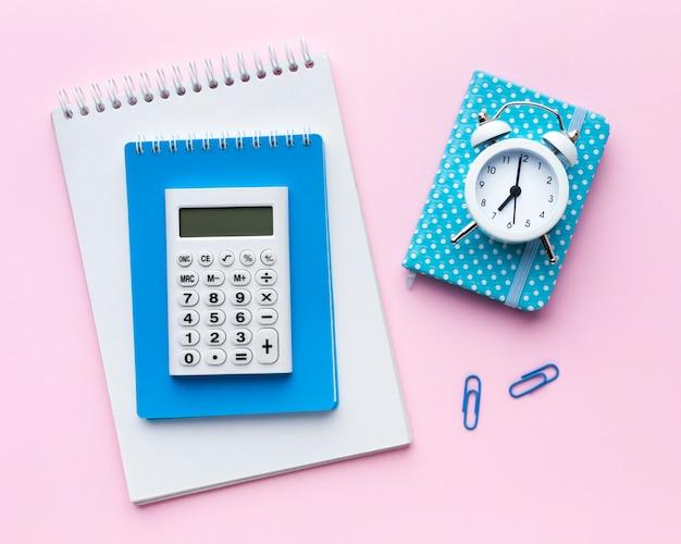 Calculatrice sur la vue de dessus du bloc-notes