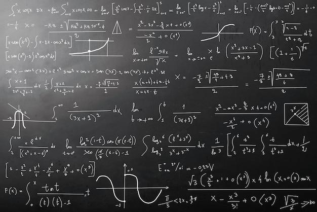 Calculs mathématiques sur tableau noir