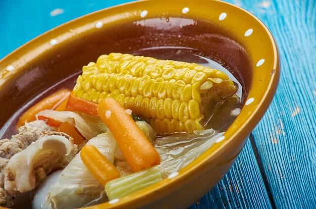Caldo de res - soupe mexicaine au bœuf, faite à partir d'os de bœuf, de chou, de pommes de terre, de maïs, de chayotte et de coriandre