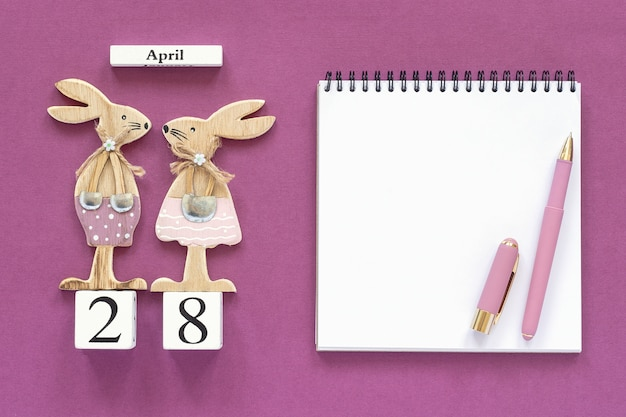 Calendrier 28 avril, lapins de pâques, bloc-notes concept chrétien pâques