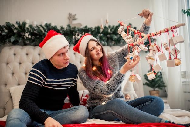 Calendrier de l'avent entre les mains d'une fille, une surprise dans une boîte, des cadeaux de noël.