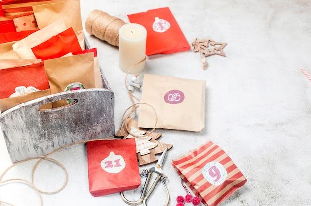 Calendrier de l'avent fait maison en attendant noël avec des cadeaux activité saisonnière pour les enfants