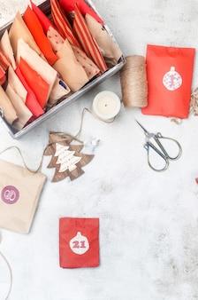 Calendrier de l'avent de noël en attendant noël avec des cadeaux et des surprises sucrées activité pour les enfants