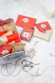 Calendrier de l'avent de noël de sacs en papier artisanaux dans une boîte activité saisonnière pour les enfants vacances d'hiver