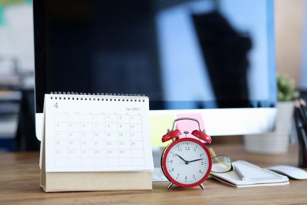 Calendrier d'avril 2021 à la table de travail