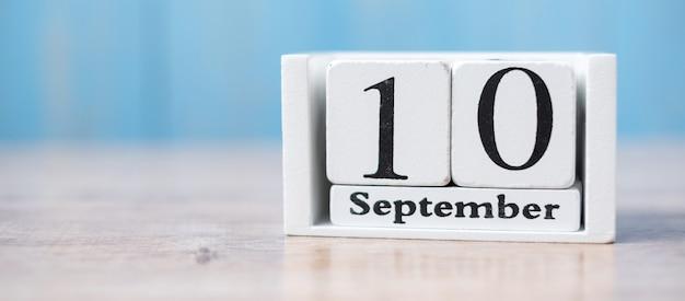 Calendrier blanc sur bois du 10 septembre avec espace de copie des textes, journée mondiale de la prévention du suicide.